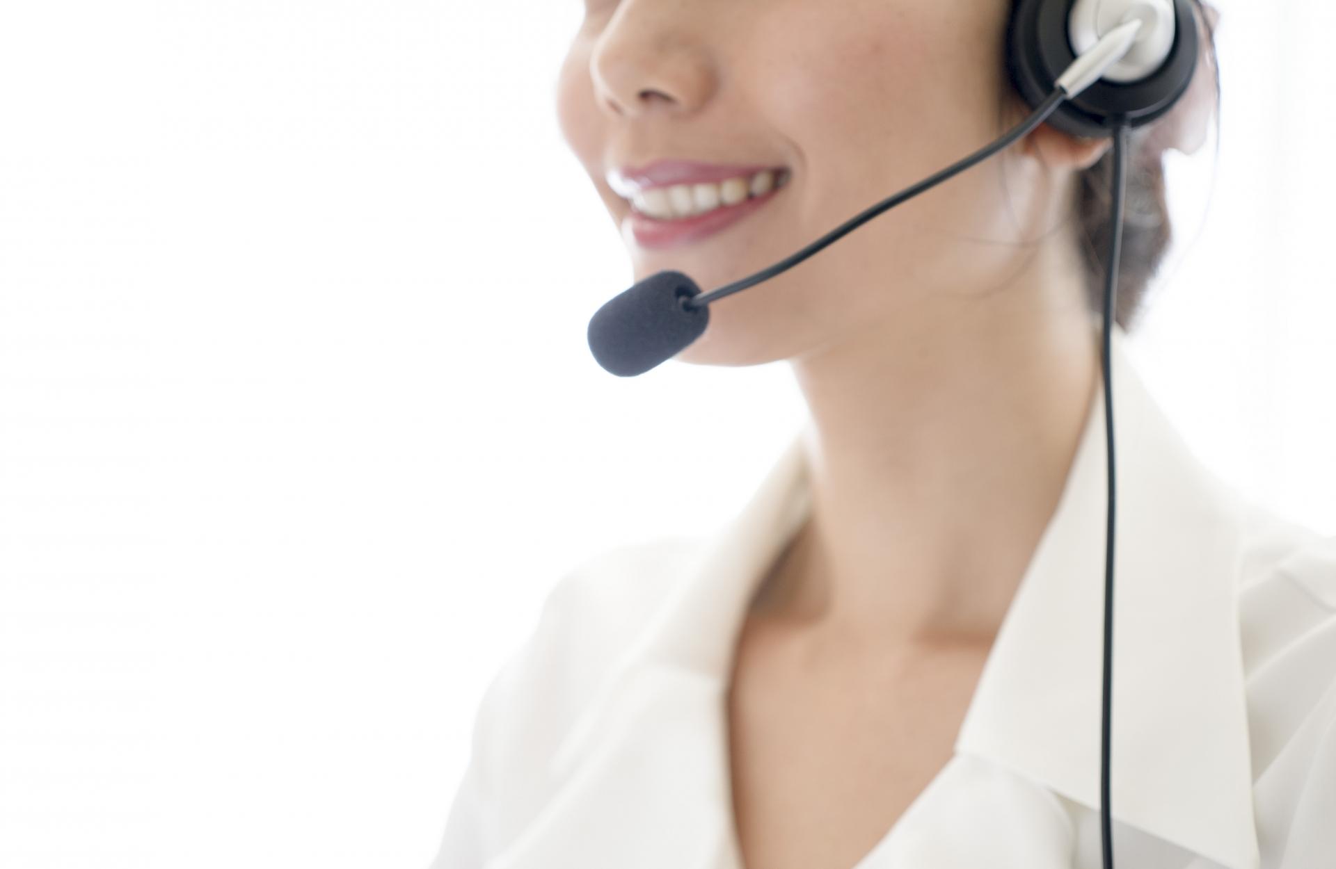 コールセンターの女性の画像